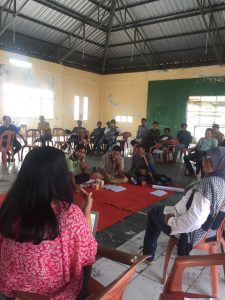 Fildza Nabila, Legal Officer from JWB Indonesia, giving tutorial to community paralegals on how to make case chronology.
